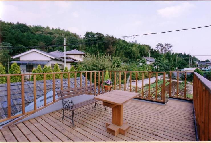 屋上ウッドデッキ: 豊田空間デザイン室 一級建築士事務所が手掛けたテラス・ベランダです。
