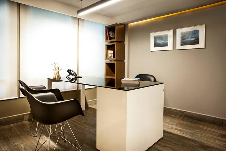 OFICINAS EN POLANCO, DF: Oficinas y tiendas de estilo  por HO arquitectura de interiores