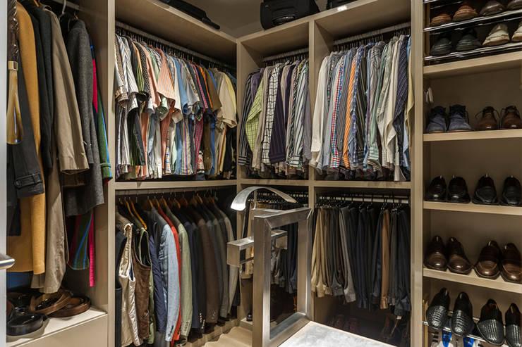 DEPARTAMENTO EN BOSQUE REAL: Vestidores y closets de estilo  por HO arquitectura de interiores