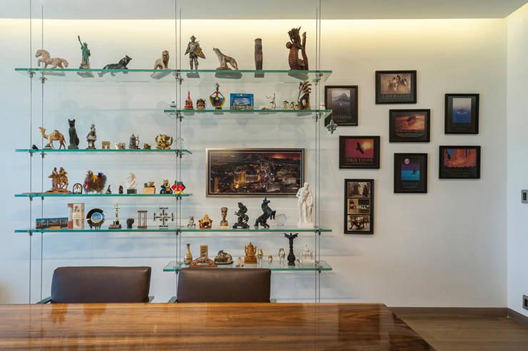 DEPARTAMENTO EN BOSQUE REAL: Estudios y oficinas de estilo  por HO arquitectura de interiores