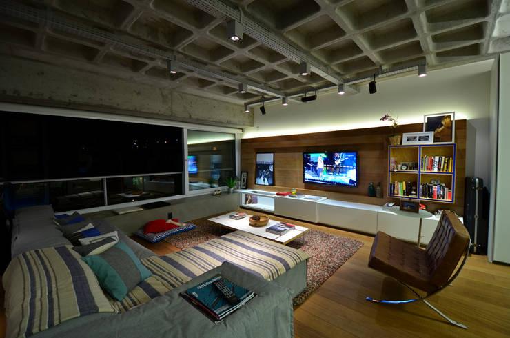 Living: Salas de estar industriais por HECHER YLLANA ARQUITETOS