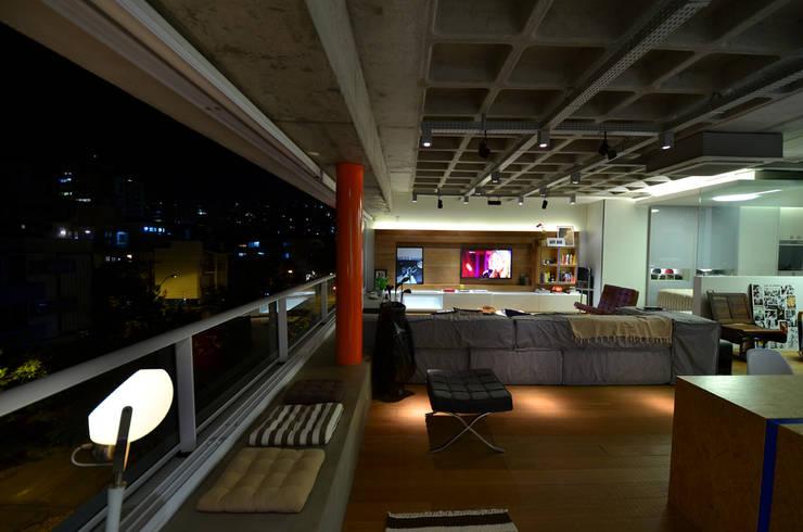 Living/Jantar: Salas de estar  por HECHER YLLANA ARQUITETOS