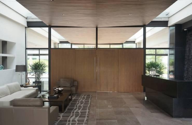 Torre Planetario: Puertas y ventanas de estilo  por BAO