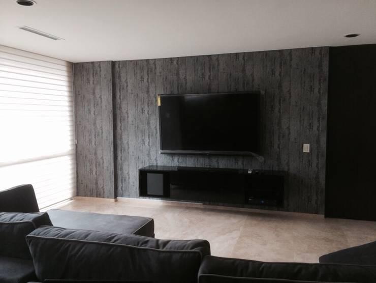 Mueble de tv, y muro con papel tapíz: Sala multimedia de estilo  por HO arquitectura de interiores