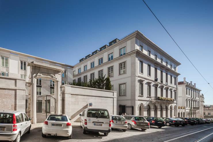 PAÇO DO DUQUE BUILDINGS LISBON: Casas  por OPERA I DESIGN MATTERS