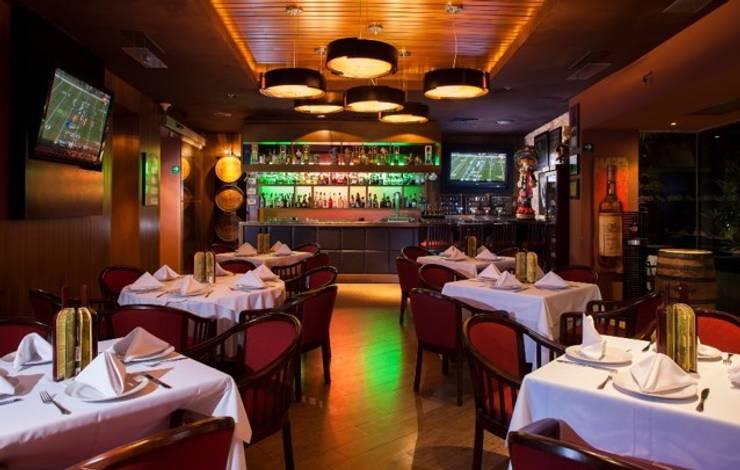 Restaurant La Escondida: Comedor de estilo  por BAO