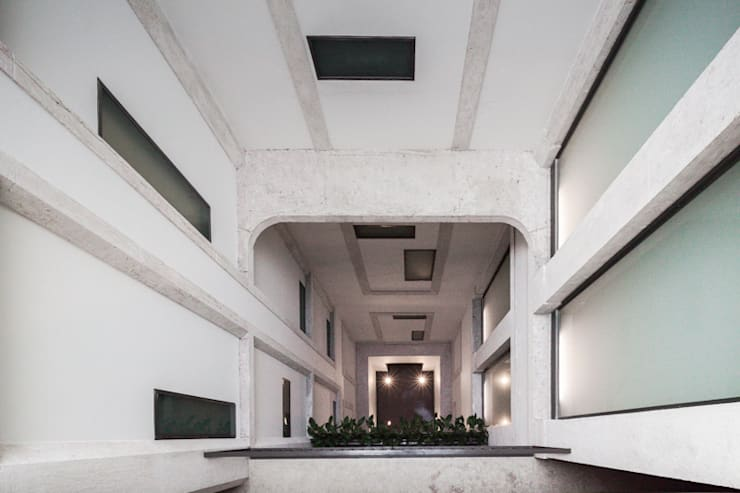 PAÇO DO DUQUE BUILDINGS LISBON: Corredores e halls de entrada  por OPERA I DESIGN MATTERS