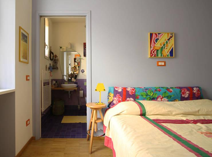 CASA DI SILVIA: Camera da letto in stile in stile Moderno di ARCHITETTO FRANCA DE GIULI