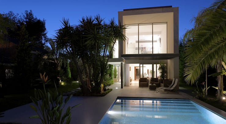 Casa alrededor de una yuca: Piscinas de estilo moderno de Málek Murad y María García Estudio de Arquitectura