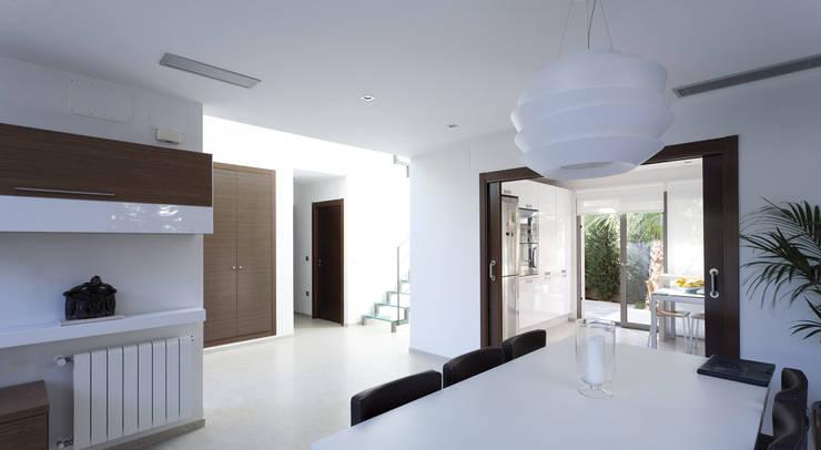 Casa alrededor de una yuca: Comedores de estilo moderno de Málek Murad y María García Estudio de Arquitectura