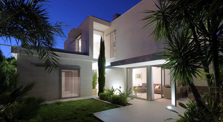 Casa alrededor de una yuca: Casas de estilo moderno de Málek Murad y María García Estudio de Arquitectura