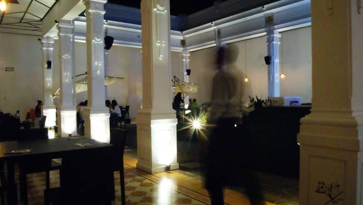 JULIANA Restaurante: Bares y discotecas de estilo  por DESTE estudio