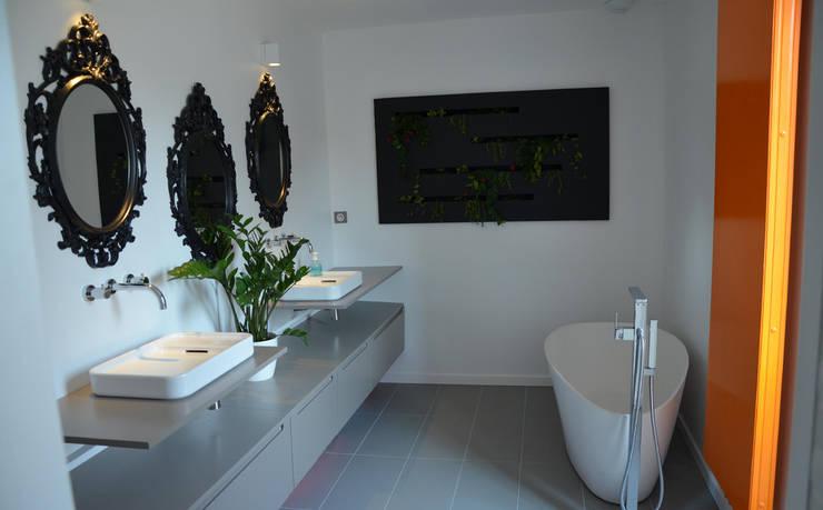 Maison Loos: Salle de bains de style  par C+BO