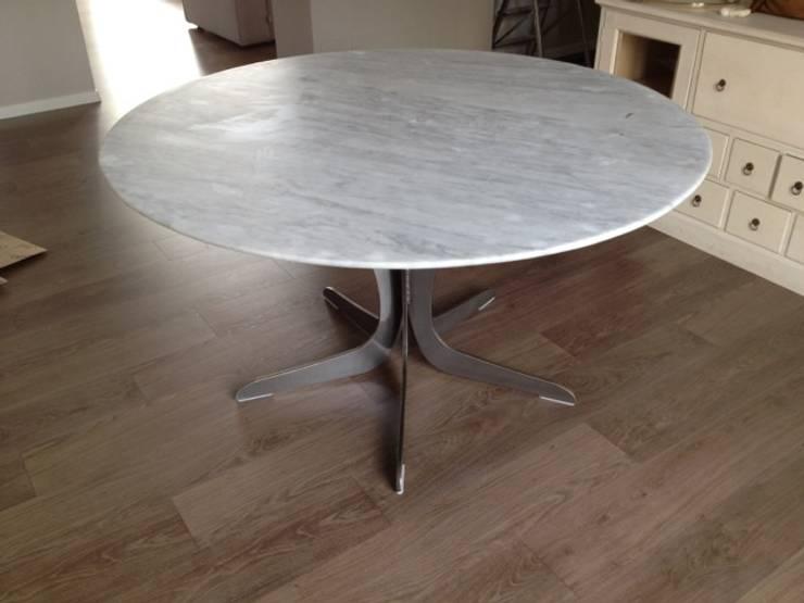Tavolo in Marmo di Carrara levigato: Sala da pranzo in stile in stile Moderno di Ramella Alessandro snc