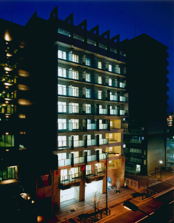 東南面外観見下ろし夜景: あお建築設計が手掛けた家です。