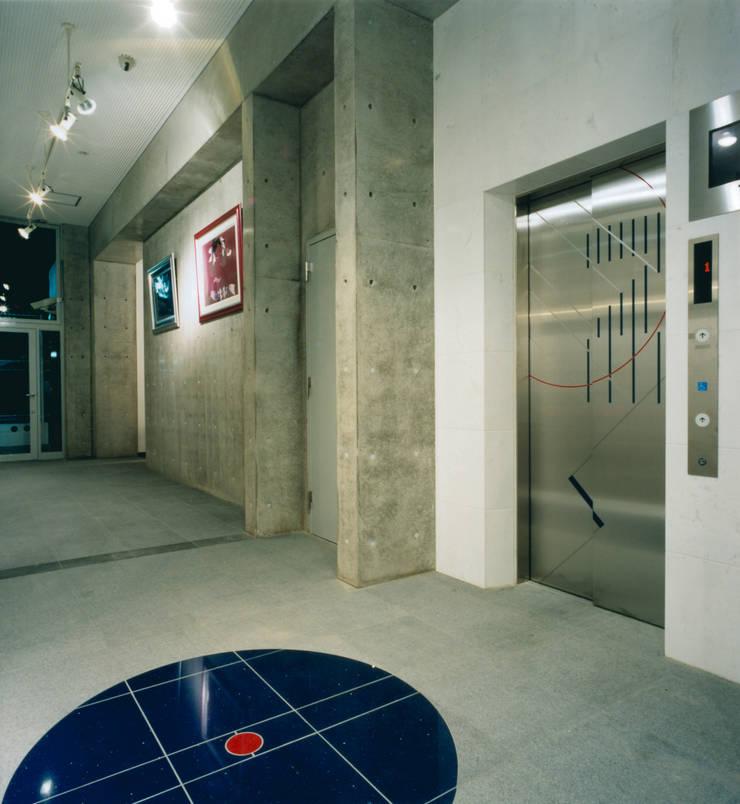1階エレベーターホール: あお建築設計が手掛けた廊下 & 玄関です。
