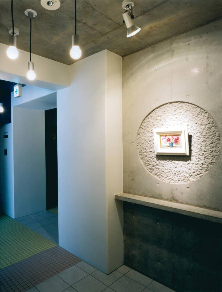 各階エレベーターホール: あお建築設計が手掛けた廊下 & 玄関です。
