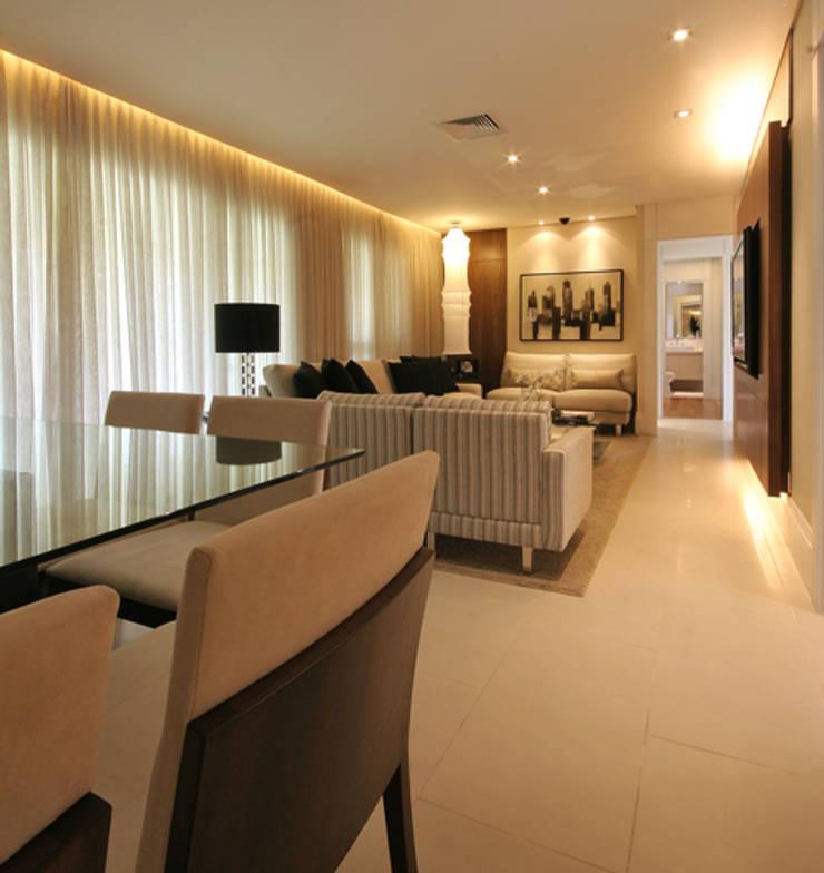 Apartamento residencial - Ed. Lumina Parque Clube: Salas de estar  por Carolina Ouro Arquitetura
