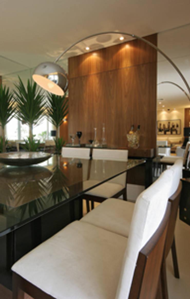 Apartamento residencial – Ed. Lumina Parque Clube: Salas de jantar  por Carolina Ouro Arquitetura
