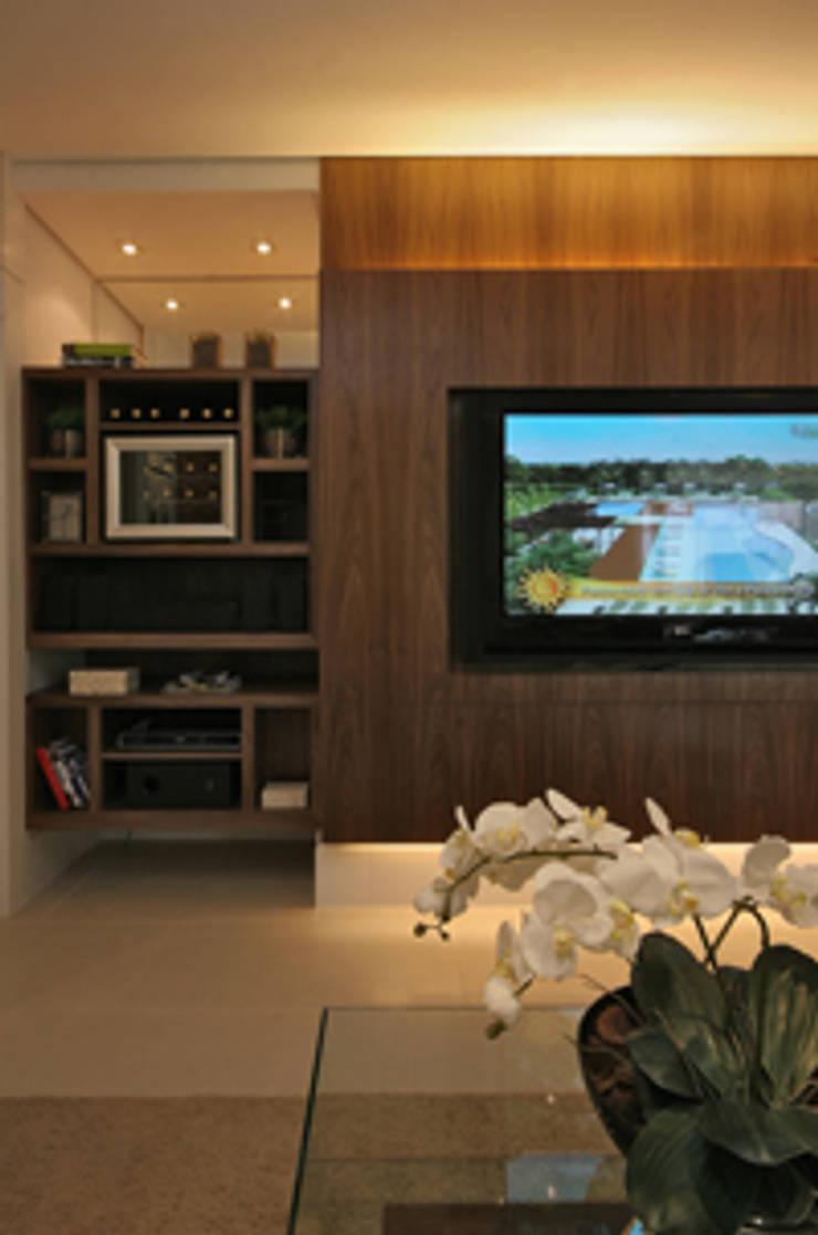 Móvel TV: Salas multimídia  por Carolina Ouro Arquitetura