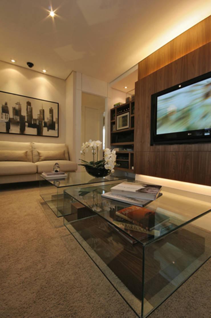 Apartamento residencial – Ed. Lumina Parque Clube: Salas de estar  por Carolina Ouro Arquitetura
