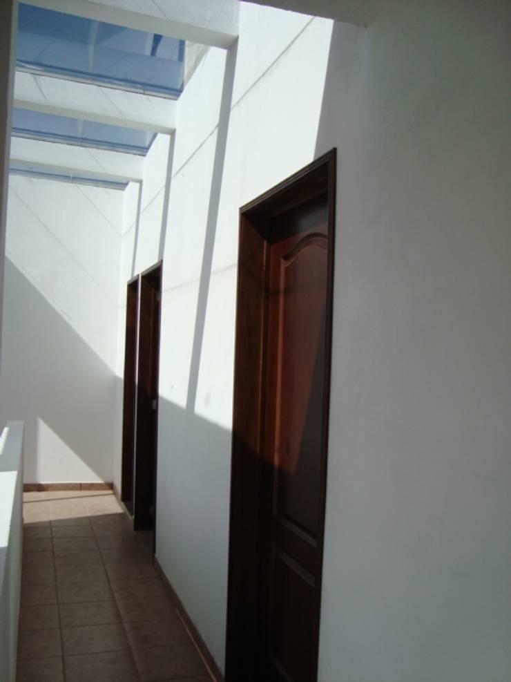 CASA SS: Pasillos y recibidores de estilo  por ODRACIR