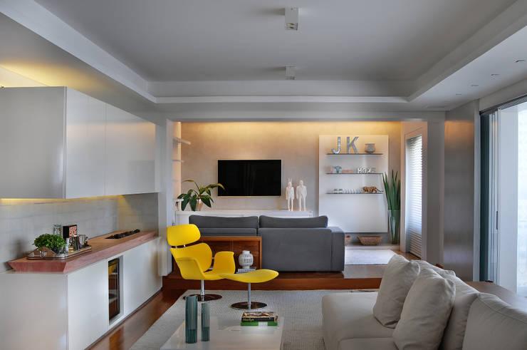 Living room by Thaisa Camargo Arquitetura e Interiores,