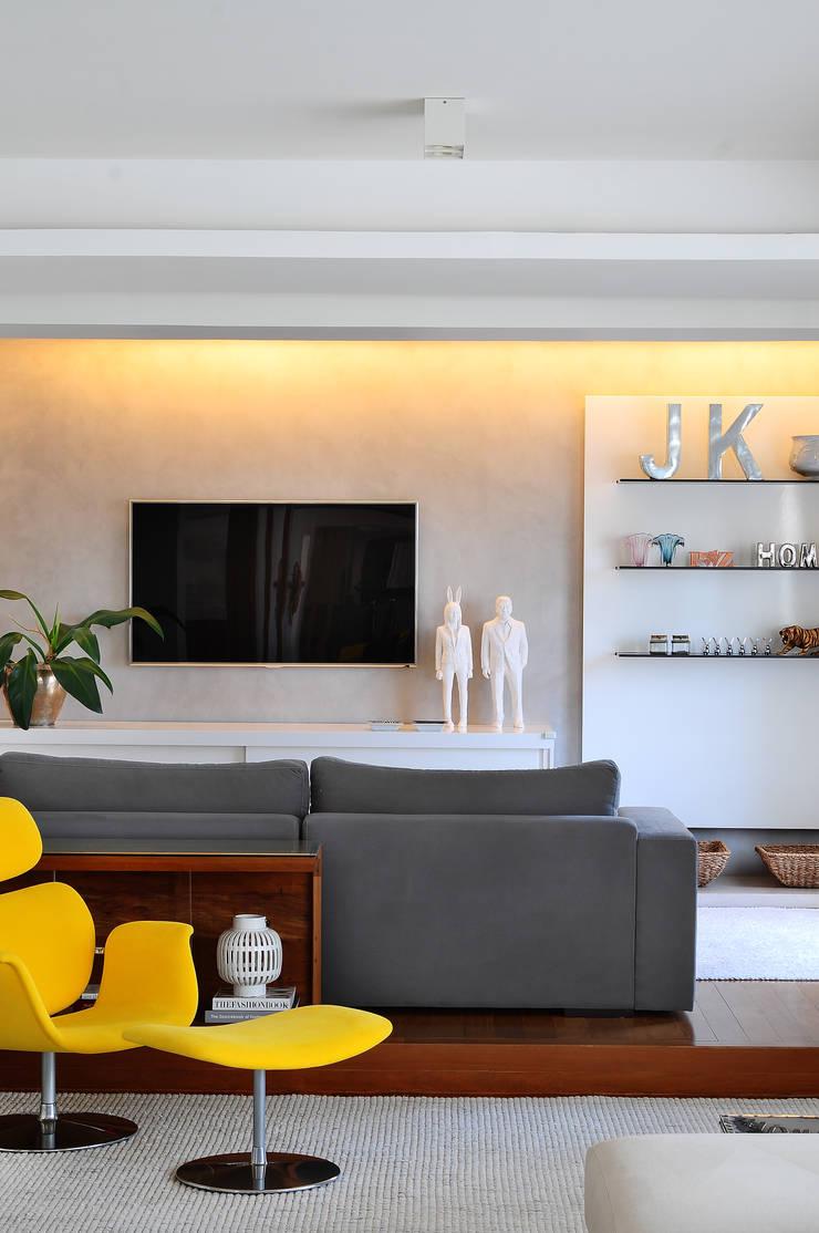 Media room by Thaisa Camargo Arquitetura e Interiores,