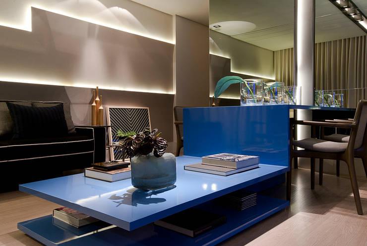 SALA DE ESTAR: Salas de estar  por Matheus Menezes Arquiteto