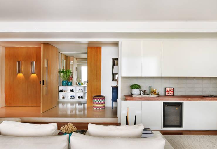Corridor & hallway by Thaisa Camargo Arquitetura e Interiores,