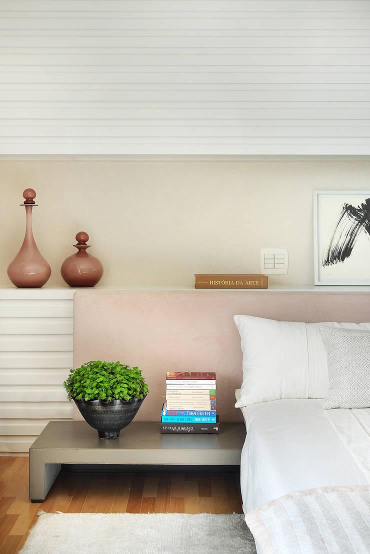 Suíte Master: Quartos  por Thaisa Camargo Arquitetura e Interiores,Moderno