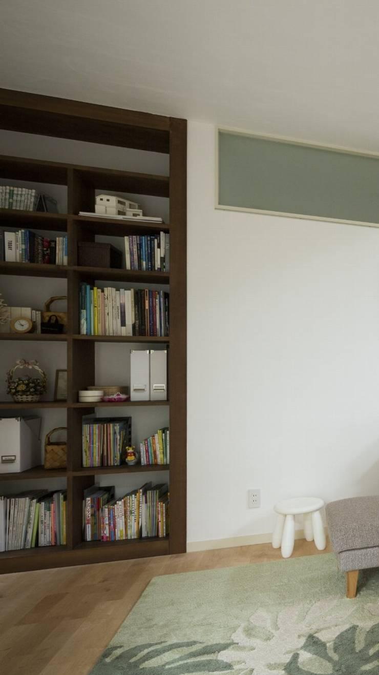 大岡山の家: (有)伊藤道代建築設計事務所が手掛けたリビングです。,