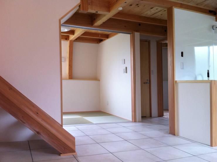 ダイニング~和室: 原 空間工作所 HARA Urban Space Factoryが手掛けた和室です。