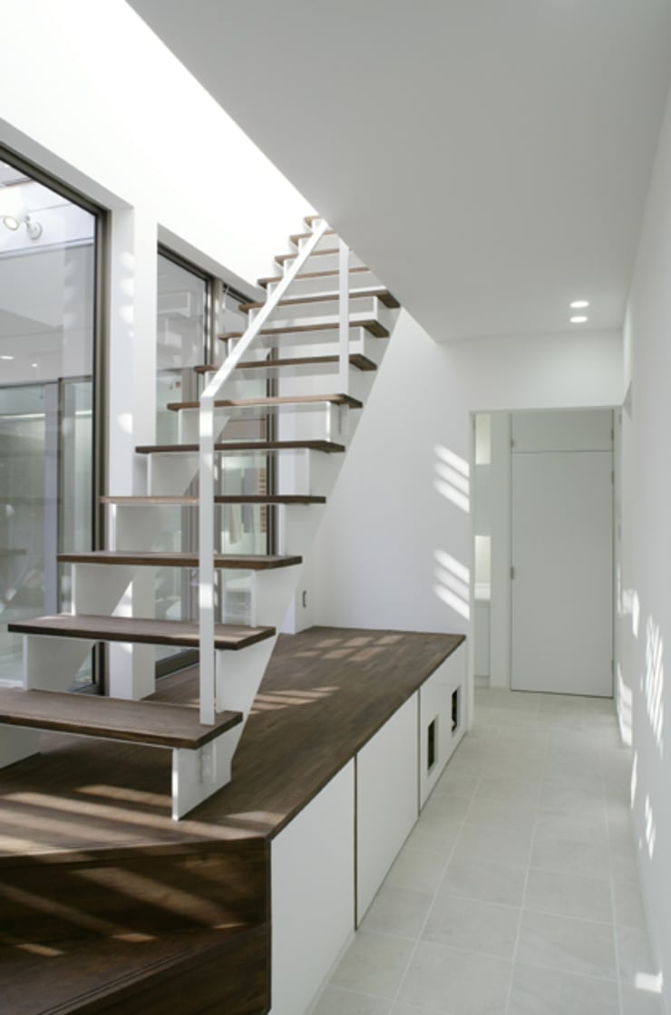 中庭を望む明るい階段室: ツジデザイン一級建築士事務所が手掛けた廊下 & 玄関です。