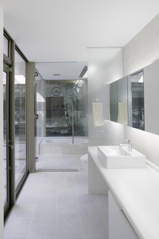 明るく清潔感のあるサニタリースペース: ツジデザイン一級建築士事務所が手掛けた浴室です。