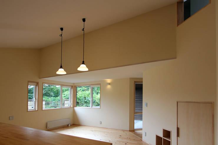 リビングダイニング: 一級建築士事務所 アトリエ カムイが手掛けたリビングです。