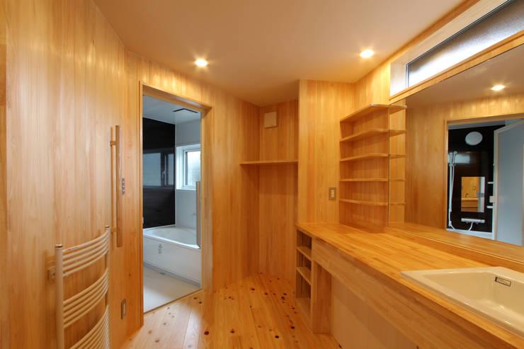洗面脱衣室: 一級建築士事務所 アトリエ カムイが手掛けた浴室です。