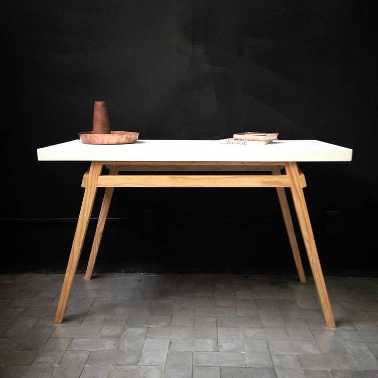 Low Tech: Comedor de estilo  por Lilk muebles