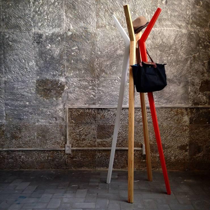 Low Tech: Vestíbulos, pasillos y escaleras de estilo  por Lilk muebles