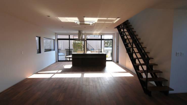 LDK、キッチンがシンボル.: 宮城雅子建築設計事務所 miyagi masako architect design office , kodomocafe が手掛けたリビングです。