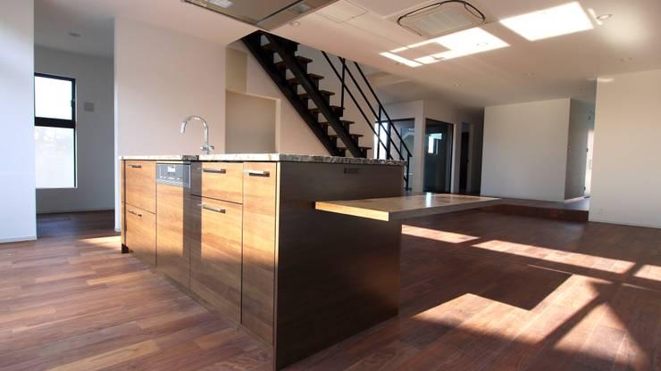 沢山のひとが集えるキッチン.: 宮城雅子建築設計事務所 miyagi masako architect design office , kodomocafe が手掛けたキッチンです。