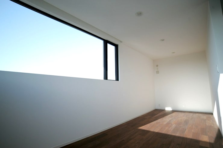 列車が見える2Fの窓.: 宮城雅子建築設計事務所 miyagi masako architect design office , kodomocafe が手掛けた子供部屋です。