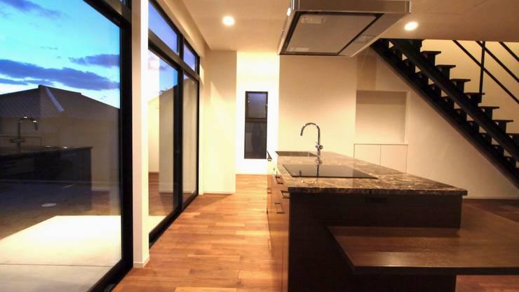 たっぷりのfood space.: 宮城雅子建築設計事務所 miyagi masako architect design office , kodomocafe が手掛けたリビングです。