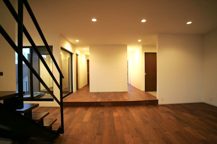 ご両親と息子さんご家族との区画は、こちら。: 宮城雅子建築設計事務所 miyagi masako architect design office , kodomocafe が手掛けた廊下 & 玄関です。