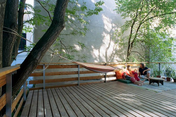 an oasis in the city Modern Terrace by allmermacke Modern Wood Wood effect