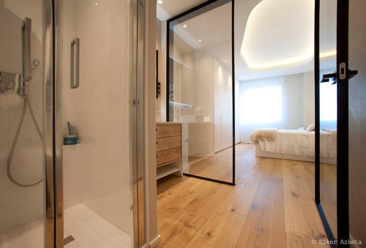 Habitación y baño un todo: Baños de estilo moderno de MADG Architect