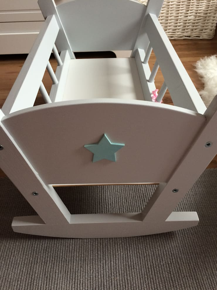 Drewniana kołyska dla lalek: styl , w kategorii Pokój dziecięcy zaprojektowany przez Little B. and Twins