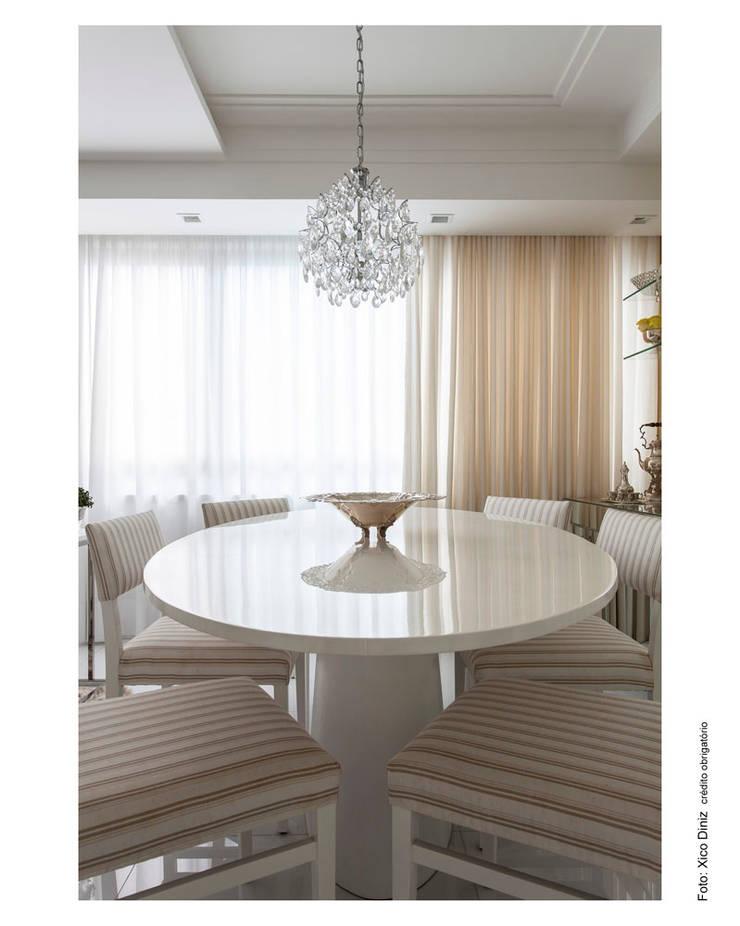 Branco e bege em sintonia: Salas de jantar  por Cristiane Pepe Arquitetura