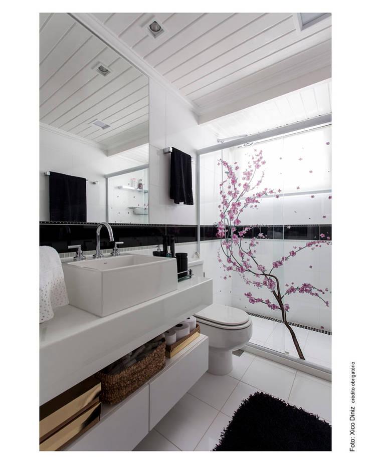Adesivo em Box, preto e branco no banho: Banheiros  por Cristiane Pepe Arquitetura