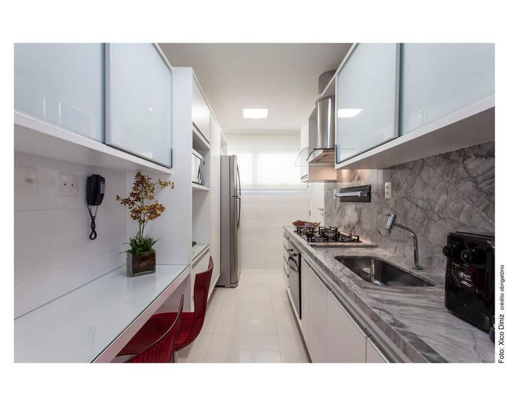 Rodopia largo de mármore cinza arabescato: Cozinhas  por Cristiane Pepe Arquitetura